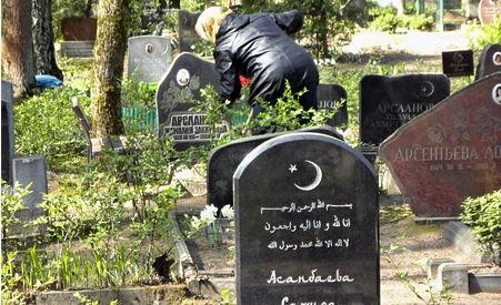 Татары и башкиры Латвии участвовали в субботнике по уборке мусульманских кладбищ Риги