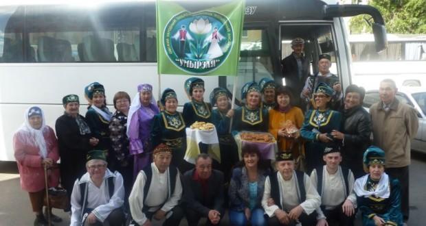 В Омске артисты ансамбля «Умырзая» встретили автобус — подарок Президента Татарстана