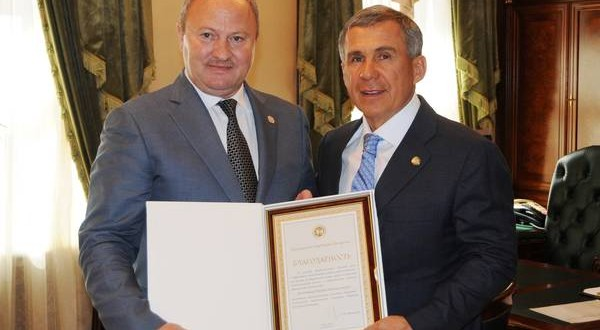 Rustam Minnikhanov handed over Gratitude of the President of the Republic Tatarstan to Ravil Akhmetshin