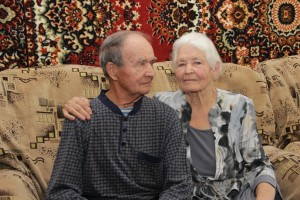 Габдулгазиз Гайнутдинович и Миннегуль Сабыржановна Ахмеровы, ему 90, ей 84 года