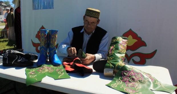 Шайдулла Хамидуллин лучший мастер по художественной обработке кожи и меха