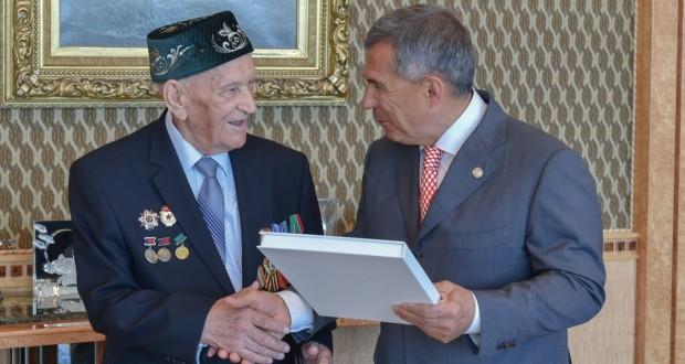 Рөстәм Миңнеханов хезмәт ветераны Фәйзи Галиевне 90 яшь тулуы белән котлады