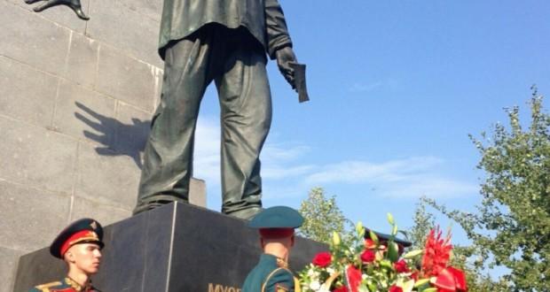 Рустам Минниханов возложил цветы к памятнику великому татарскому поэту Мусе Джалилю в Москве