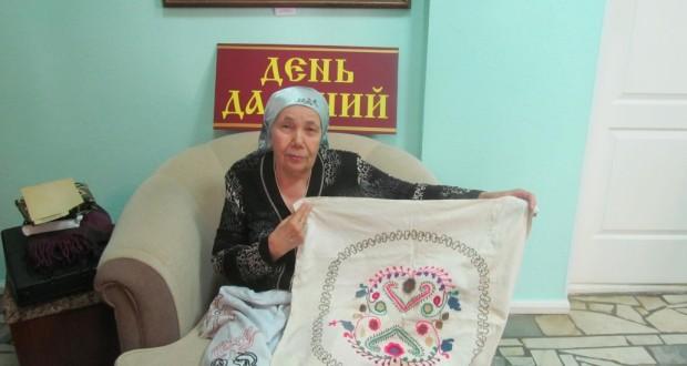 Активистки «Ак калфак» в Бавлах подарили музею старинные рушники и другие раритеты