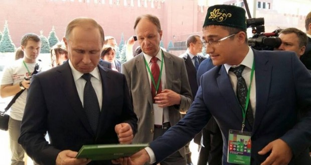 What unusual presents were gifted to Vladimir Putin in Tatarstan