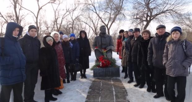 В Оренбурге возложили цветы к памятнику Мусы Джалиля