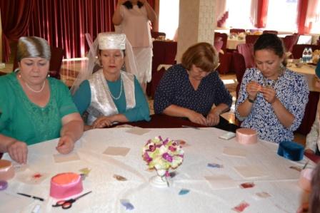 Оренбургские красавицы научились шить калфак