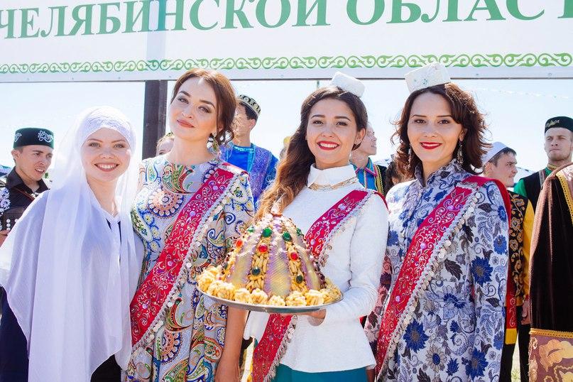С заходом солнца гостей угощали различными национальными блюдами татарской кухни и ароматным чаем из самовара