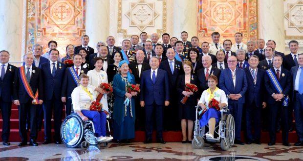 Президент Казахстана наградил орденом «Барыс» Зульфию Габидуллину и Фарита Галимова