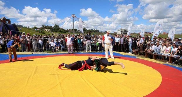 В Усть-Курдюме подняли флаг саратовского Сабантуя 2017