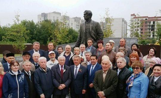В Казани открыли памятник татарскому поэту Хади Такташу