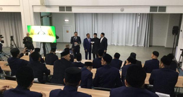Ректор Болгарской исламской академии вручил студенческие билеты первым магистрантам