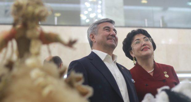 Василь Шайхразиев ознакомился с выставкой современного национального искусства