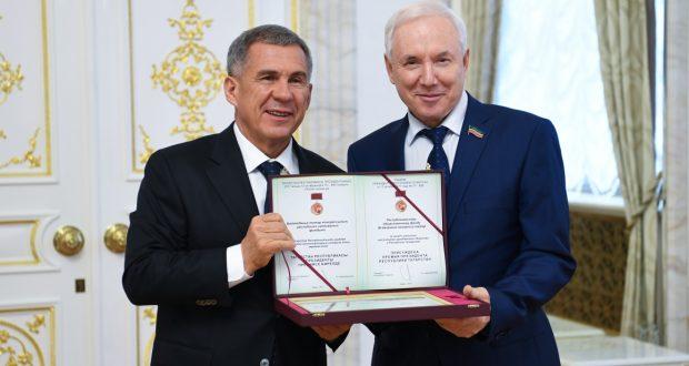 Рөстәм Миңнеханов Татарстан Республикасында граждан җәмгыяте институтларын үстерүгә керткән өлешләре өчен лауреатларны бүләкләде