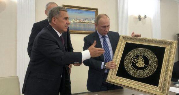 Рустам Минниханов подарил Путину тугру правителя
