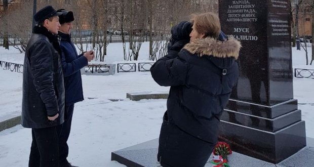 Васил Шәйхразиев М.Җәлил һәйкәленә чәчәкләр салды