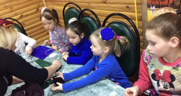 В Пензе маленькие татарские красавицы научились делать миниатюрный калфак