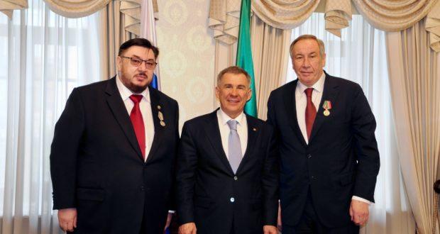 Рустам Минниханов в Полпредстве Татарстана вручил государственные награды