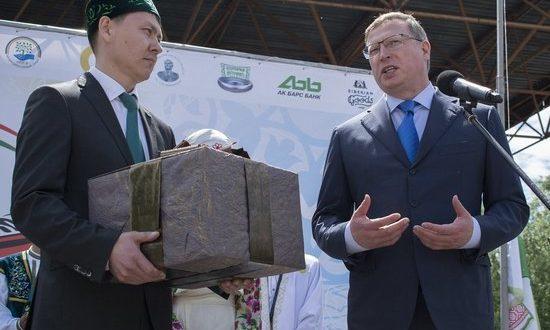 Татары Омска приняли в «семью народов» врио губернатора Буркова