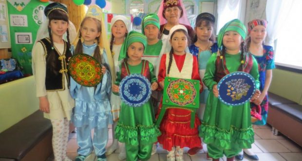 Маленькие тюменские модели представили татарский национальный костюм