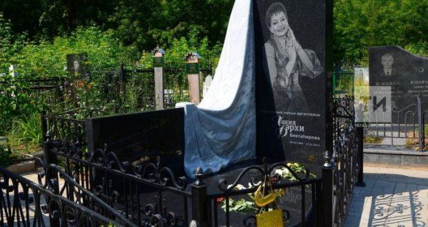 «Ходят как в музей»: На могиле Хании Фархи установили надгробный  камень