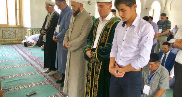 Делегаты IX Всероссийского Форума татарских религиозных деятелей прочитали намаз в мечети Марджани