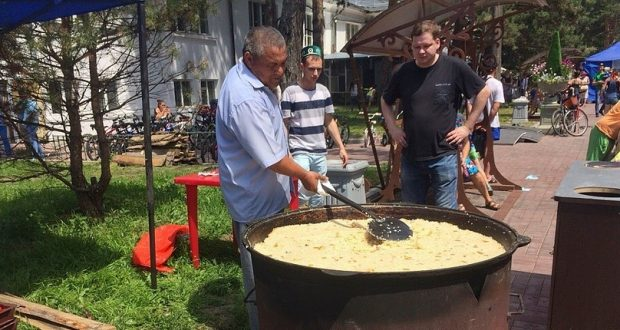 В Хабаровске на Сабантуе раздали больше тысячи порций бесплатного плова