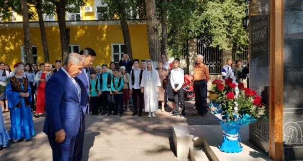 Президент Татарстана и председатель Национального совета возложили цветы к памятнику Г.Тукая в Казахстане