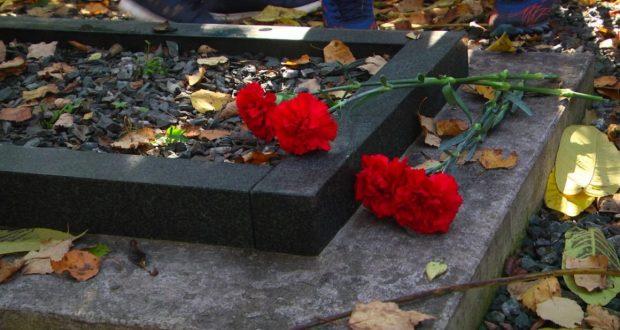 В Сахалине провели субботник по очистке территории кладбища
