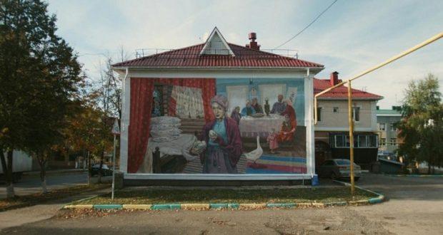 В Альметьевске греческий художник Димитрис Таксис украсил рисунком стену дома